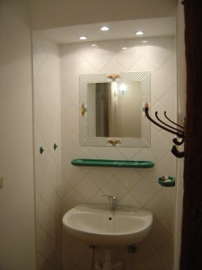vue du lavabo dans hall de nuit Gîte 2