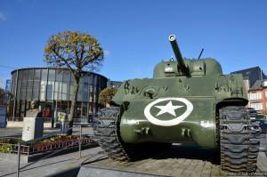 char sherman sur la place de Bastogne